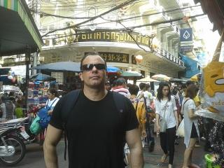 Chinatown – Painéis coloridos, profusão de lojas,  camelôs, feiras e barracas de comida de rua e um  trânsito caótico são atrativos da Chinatown de  Bangkok, uma das principais do mundo.