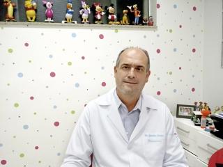 """O pediatra Dr. Geraldo Tadeu Reis: """"Caso a mulher esteja planejando engravidar, ela deve se assegurar de que está protegida. Um exame de sangue pode dizer se já está imune à doença. Se não estiver, ela deve ser vacinada um mês antes da gravidez. Espere pelo menos quatro semanas antes de engravidar.â€ÂÂ�"""