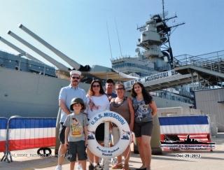 Da esquerda para a direita: Ricardo, Laila, Costa Lima, Alba, Larissa e Vinicius no Navio Missouri em Pearl Harbor, base marítima norte americana que foi atacada pelos japoneses durante a Segunda Guerra Mundial.