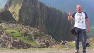 André na cidade de Machu Picchu (Montanha Velha) com a Wayna Picchu (Montanha Jovem) ao fundo.