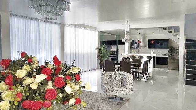 Salas de estar e jantar unidas - disposição adequada dos móveis, lustre e tapetes demarcam os diferentes ambientes.