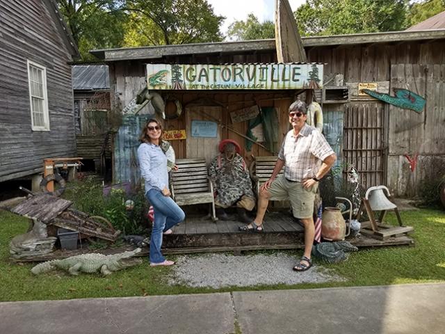 Parada obrigatória de Lafayette para New Orleans em comércio de alimentos e souvenirs que são verdadeiros cafofos rústicos.