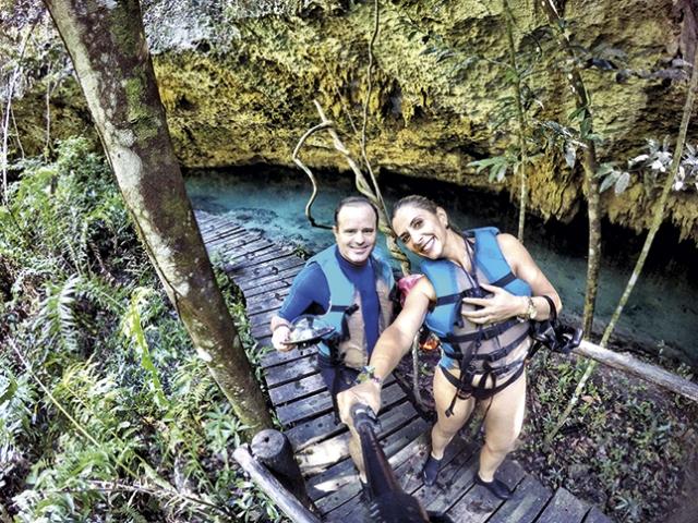 Weder e Dayane no cenote Sac Actún.