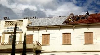 Troca de telhado na fachada do prédio.
