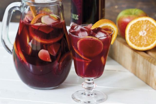 SANGRIA  ½ garrafa de vinho tinto (375 ml) 1 lata de água tônica ½ xícara (chá) de caldo de laranja (cerca de 1 laranja-baía) 1 maçã fuji ½ abacaxi em cubos médios congelados 4 colheres (sopa) de açúcar ¼ de xícara (chá) de Gin (opcional) Cubos de gelo (à gosto)  Modo de Preparo: Coloque o caldo de laranja em uma jarra grande e reserve. Lave, seque e mantenha a casca da maçã. Com um fatiador de legumes, corte a maçã em fatias finas, no sentido da largura (se preferir fatie fino com a faca), e transfira para a jarra com o caldo de laranja. Junte os cubos de abacaxi congelado, o açúcar e misture com cuidado para não partir as rodelas de maçã. Leve para a geladeira e deixe macerar por, no mínimo, 30 minutos ou até a hora de servir. Enquanto isso, aproveite para gelar o vinho e a água tônica.