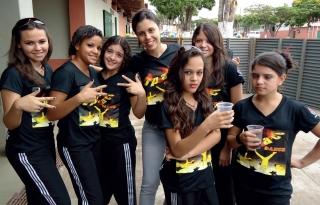 Meninas do Space Dance com a professora Sabrina Lemos ao centro.
