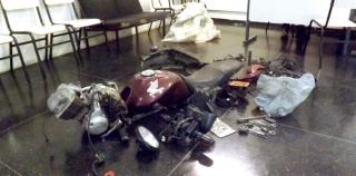 Moto desmontada recuperada pela Polícia Militar num matagal do Recanto da Harmonia.
