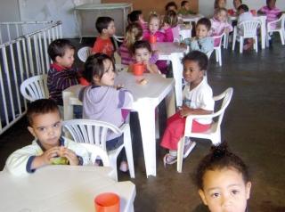 Crianças na Creche Dr. Manoel Patti durante lanche da tarde.