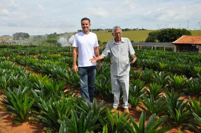 Juliano Pereira e seu pai Ronaldo Alves Pereira (jÃÂ¡ falecido) na fazenda de mudas.