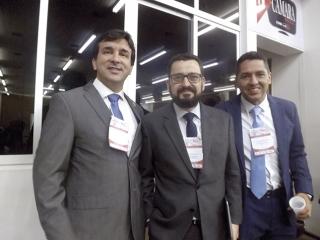O presidente da SBCO, Dr. ClÃÂ¡udio Quadros (ÃÆ' esq.) de Salvador-BA, e dois conferencistas: Dr. João Douglas Nico, de Governador Valadares-MG, e Dr. ÃÅnio Moreira Bernardo, de Muriaé-MG.