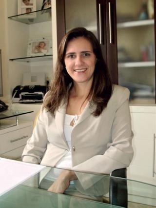 """A infectologista Rosana Teixeira em seu consultório: """"Nós temos mecanismos de defesa e formas de combater esse fungo, mas quando temos alguma doença que afeta a imunidade celular, o organismo fi ca suscetível a esse tipo de infecção.�"""