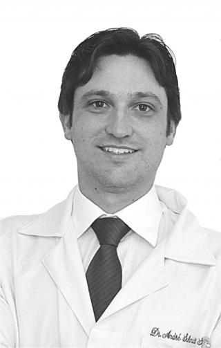 """O médico ortopedista  Dr. André Schmidt Soares:  """"Usar mochila em um ombro só está errado e pode causar danos futuros.�"""