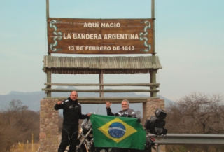 Esse é um monumento argentino quando resolveram qual seria a bandeira que representaria a República Argentina. Na frente desse monumento nós sentimos a necessidade de honrar a força da Bandeira Brasileira que também é um enorme monumento.
