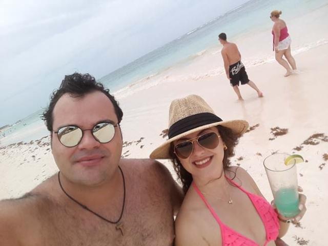 Adriano e Vanessa na praia de Bavaro.