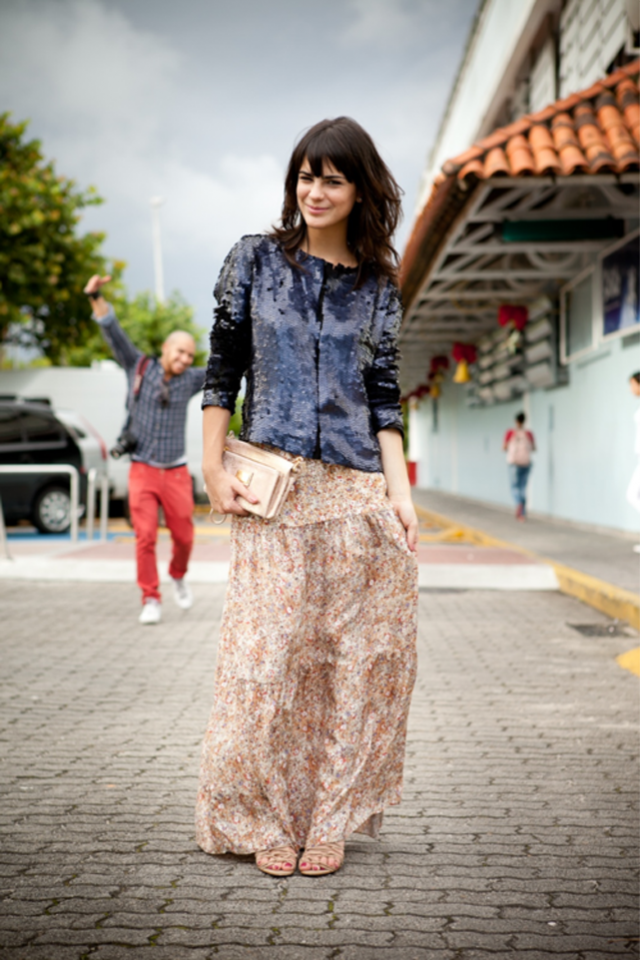 Combinação perfeita: saia longa de algodão com blusa de paetês.