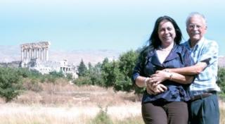 Mirna e Cério Tiso, atrás, as ruínas de Baalbek.