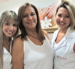 Jessica com as profissionais Kamila Lima (nutricionista) e Ana Carolina Candia Barra (esteticista e cosmetóloga).