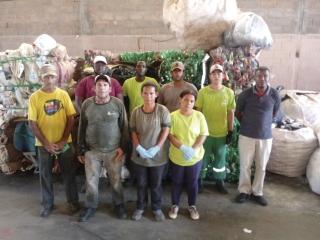 Agentes ambientais da AAÇÃO RECICLAGEM no Centro de Triagem de Materiais Recicláveis.