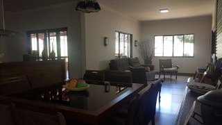 Vista da sala de jantar para a sala de estar -  aproveitamento do espaço, melhor ventilação e iluminação são algumas vantagens do estilo.
