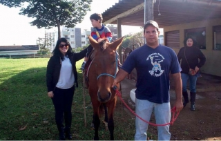 Trabalho de Equoterapia com alunos da APAE no Parque de Exposições Adolfo Coelho Lemos.