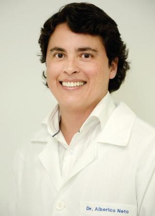 O cirurgião-dentista, especialista em implante dentário e pós-graduado em plástica periodontal, Dr. Alberico Neto.