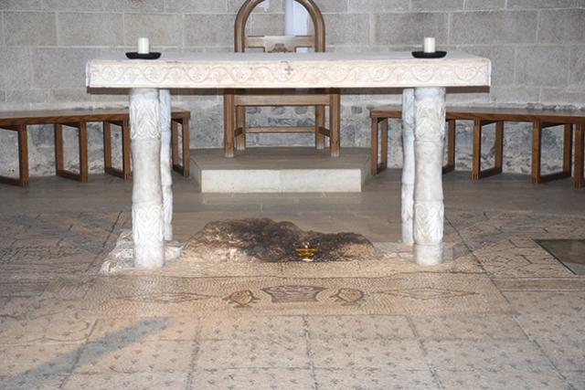 Altar na Igreja da Primazia de Pedro, construído sobre a pedra em que os apóstolos acendiam o fogo; situa-se a 450 metros de onde Cristo multiplicou os pães e peixes.