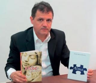 """Ricardo Bastos com seus livros: """"Mãe Para Sempre� e """"Alma�."""