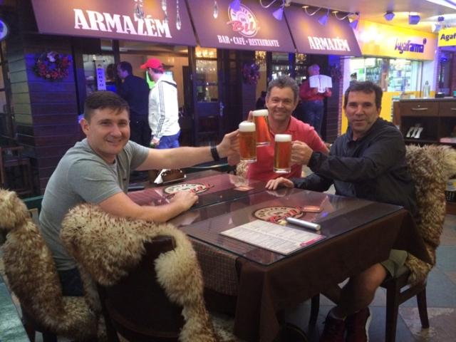 Nilson e amigos na tradicional Rua Coberta.