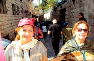 Gilda ao lado de uma turista durante a Via Sacra e Via Dolorosa.