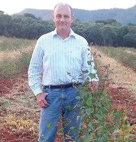 O engenheiro agrônomo Marcos Pedroso Silveira, formado há 28 anos, no campo, onde se sente realizado.