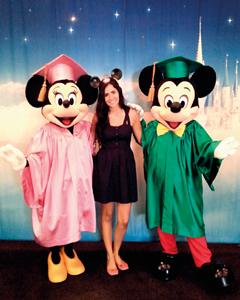 Camila, que trabalhou 6 meses na Disney com o Mickey e a Minnie vestidos de beca especialmente para a formatura celebrando a conclusão do estágio realizado num hotel da Disney. Normalmente, os personagens não são vistos pelos turistas usando estes trajes nos parques.
