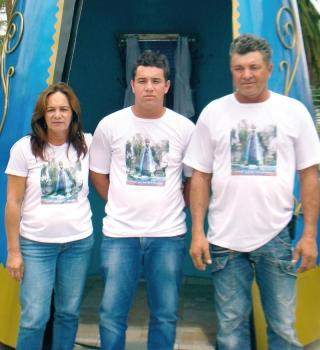 Neide - esposa de Zé Nelson, o  lho Frank e Zé Nelson ao lado da imagem, promessa cumprida pela recuperação do  filho.