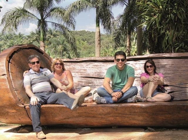 Gisele Campos (ÃÆ' dir.) com seus pais Wesley Ribeiro Campos, Myriam e seu irmÃÆ'Ã'£o FÃÆ'Ã'Â¡bio Schelgshorn Campos.