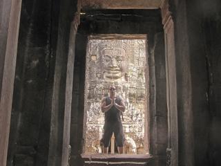 """Leder no templo Montanha de Bayon: """"Uma das construções sagradas mais sugestivas do mundo�."""