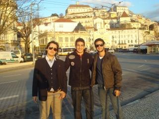 André no centro da foto junto com seus amigos Pedro e Gustavo, com quem dividiu apartamento em Coimbra durante sua estadia lá, ambos brasileiros. O local é a baixa de Coimbra, centro comercial de lá e também lugar famoso pelos cafés a beira do Rio Mondego.