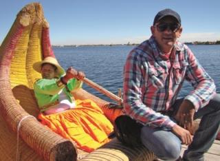 André fazendo um passeio num barco de junco no Lago Titicaca (é o maior lago de ÃÂ¡gua doce na altura de 3.580m do nível do mar. Parte dele pertence ÃÆ' Bolívia e outra parte pertence ao Peru, tendo uma grande importância econômica no turismo e na piscicultura de trutas.