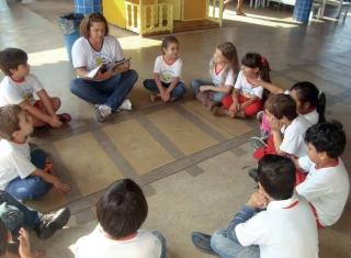 Alunos do Cemei Profª. Sueli Imaculada de Souza estudando a revista na escola.