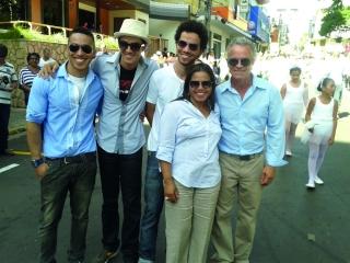Grupo Coliseum tem como base a famÃÆ'Ã'lia Silva: Roberto e Mirinha (pais) e PC, Edu e Pedrinho (filhos)
