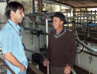 André ao lado de um produtor rural, em São João Batista do Glória.