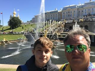 Rafael e Rodrigo  em frente ao Peterhof, o palÃÂ¡cio de verão dos czares.