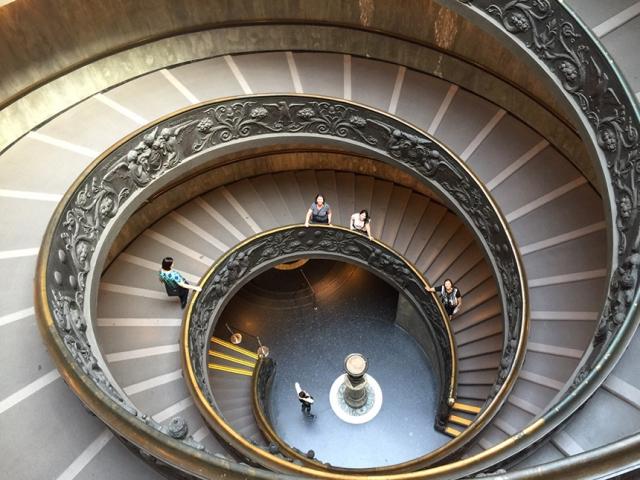Na escadaria do Museu do Vaticano. Juju lá embaixo.