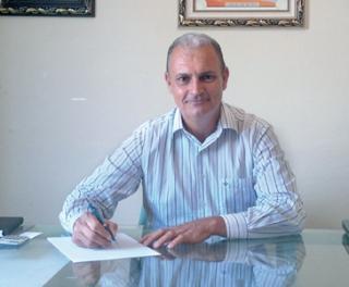 O engenheiro agrônomo Marcos Pedroso em seu escritório, onde trabalha com assistência técnica e consultoria em propriedades rurais.