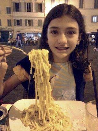 Tradição italiana - Juju comendo um  fettuccine Alfredo em Piazza, Campo de Fiore.